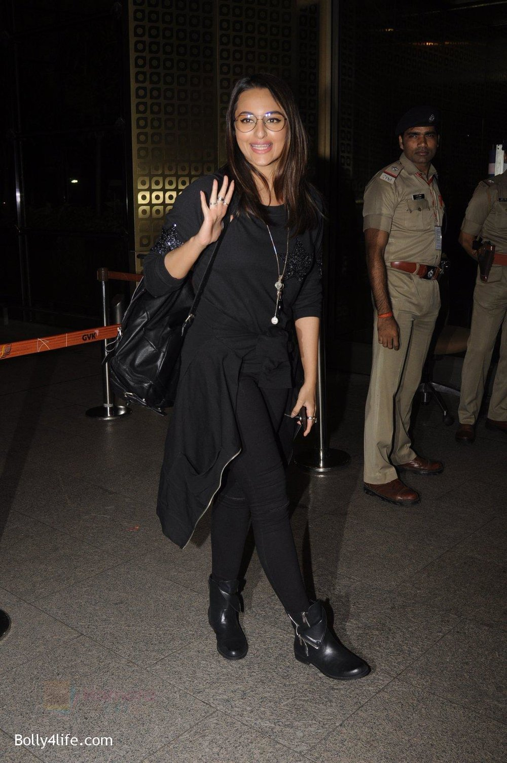 Sonakshi-Sinha-snapped-at-airport-on-10th-Oct-2016-51.jpg