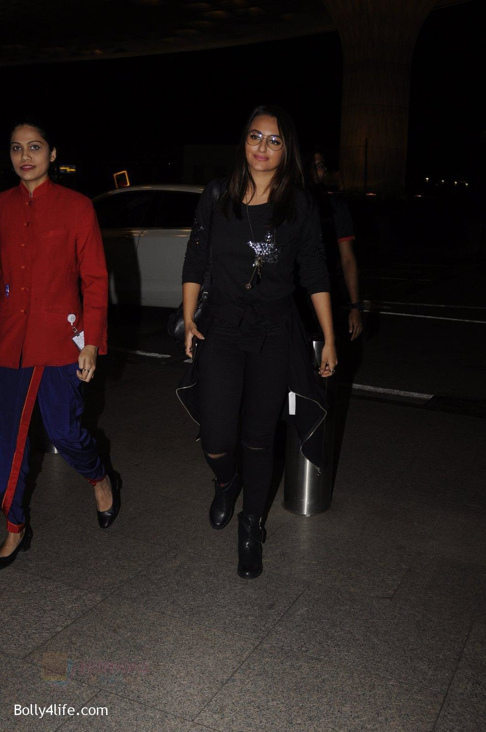 Sonakshi-Sinha-snapped-at-airport-on-10th-Oct-2016-55.jpg