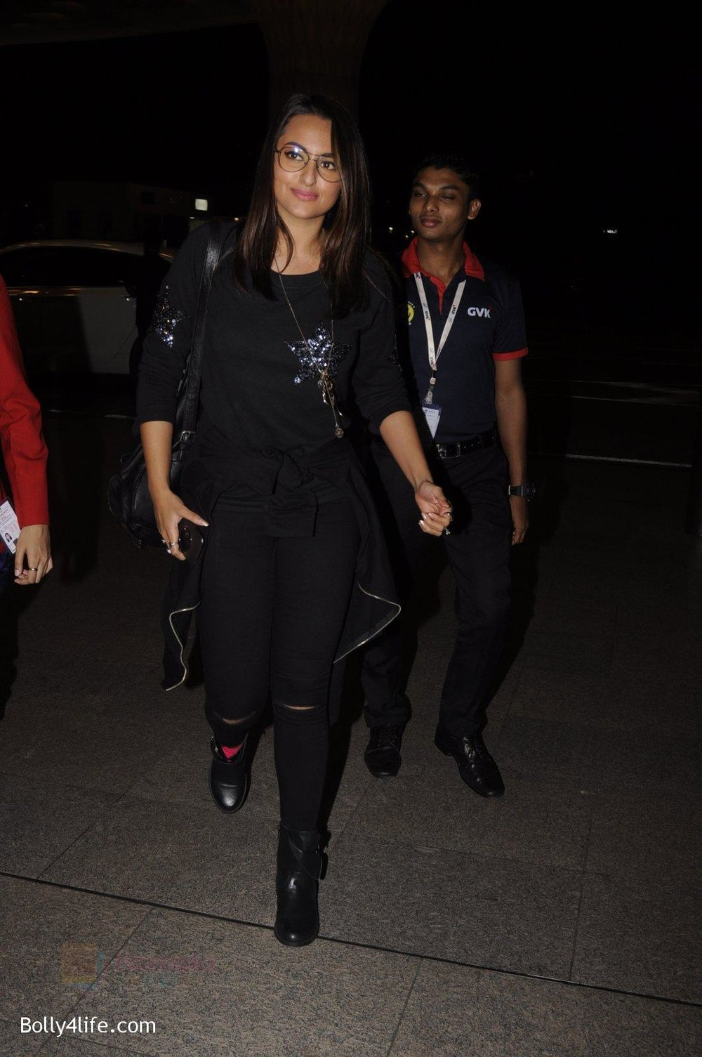 Sonakshi-Sinha-snapped-at-airport-on-10th-Oct-2016-57.jpg
