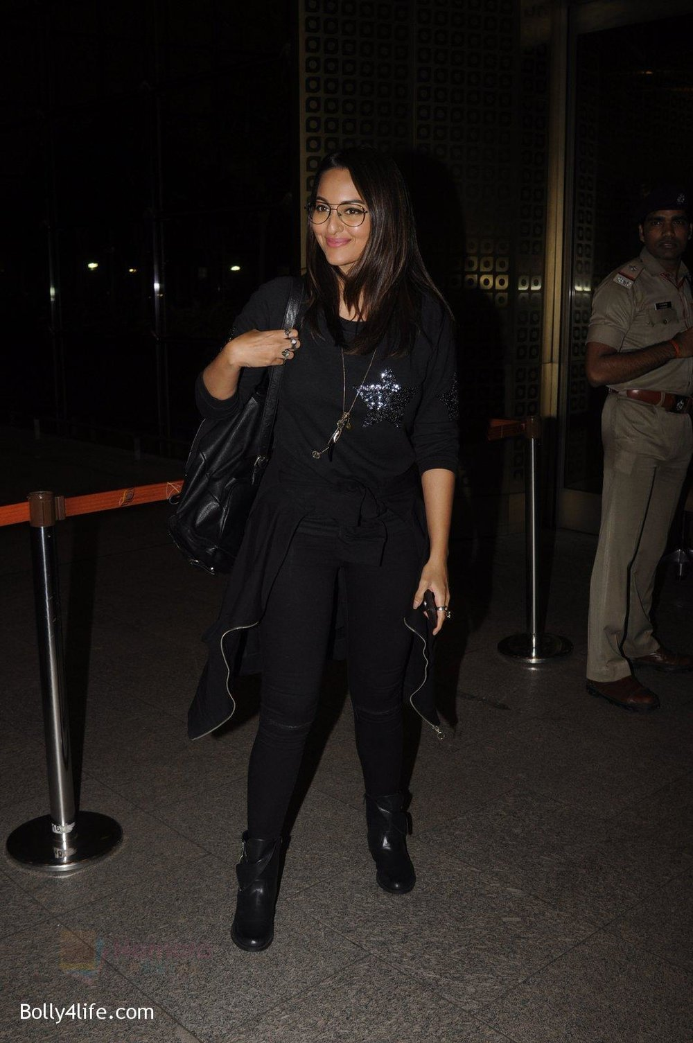 Sonakshi-Sinha-snapped-at-airport-on-10th-Oct-2016-58.jpg