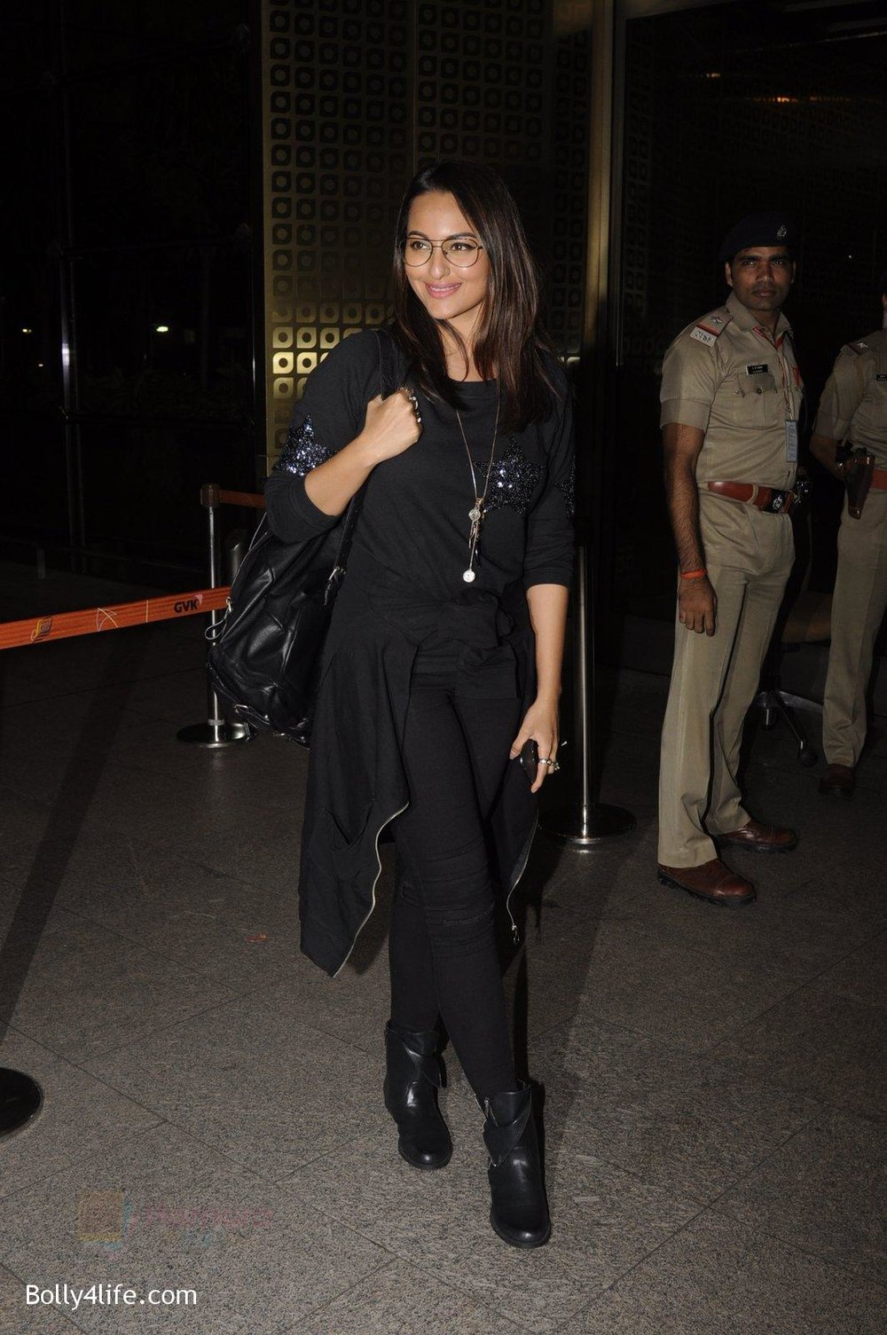 Sonakshi-Sinha-snapped-at-airport-on-10th-Oct-2016-63.jpg