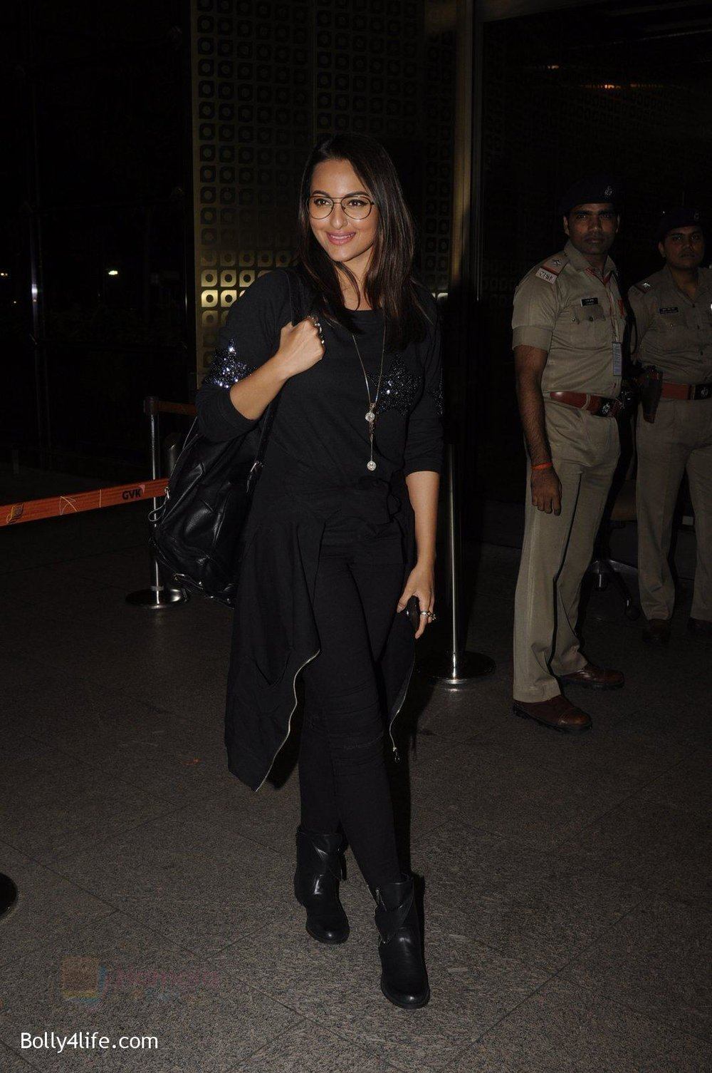 Sonakshi-Sinha-snapped-at-airport-on-10th-Oct-2016-64.jpg