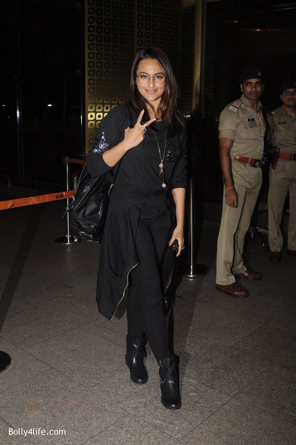 Sonakshi-Sinha-snapped-at-airport-on-10th-Oct-2016-66.jpg