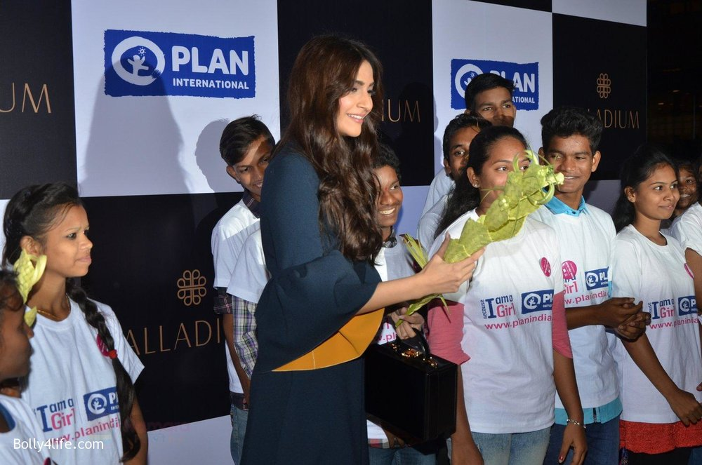 Sonam-Kapoor-at-plan-india-event-on-13th-Oct-2016-5.jpg