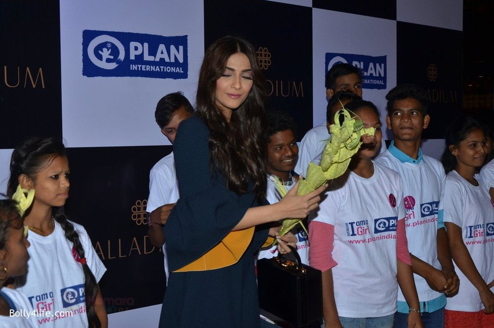 Sonam-Kapoor-at-plan-india-event-on-13th-Oct-2016-6.jpg