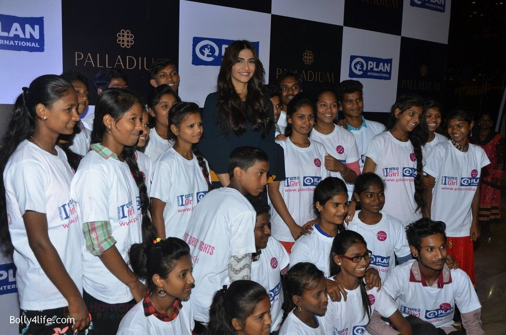 Sonam-Kapoor-at-plan-india-event-on-13th-Oct-2016-8.jpg