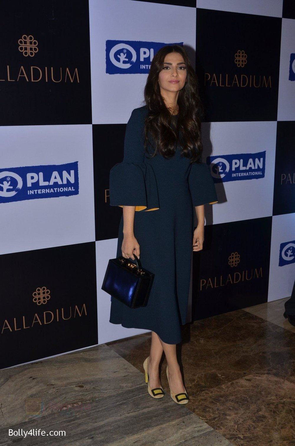 Sonam-Kapoor-at-plan-india-event-on-13th-Oct-2016-9.jpg