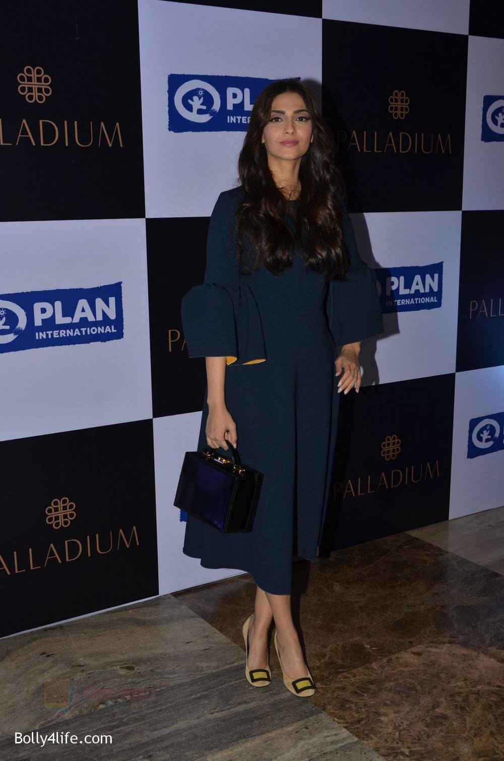 Sonam-Kapoor-at-plan-india-event-on-13th-Oct-2016-10.jpg
