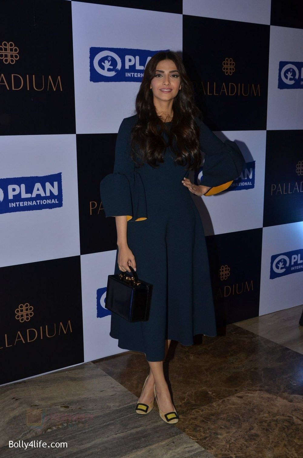Sonam-Kapoor-at-plan-india-event-on-13th-Oct-2016-11.jpg