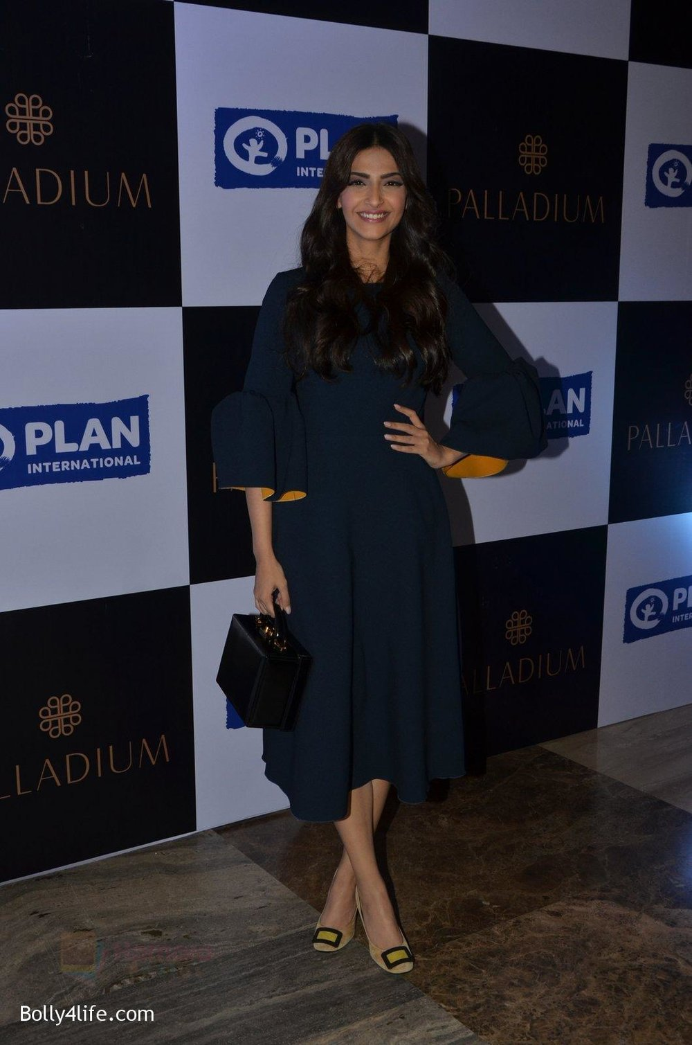 Sonam-Kapoor-at-plan-india-event-on-13th-Oct-2016-16.jpg