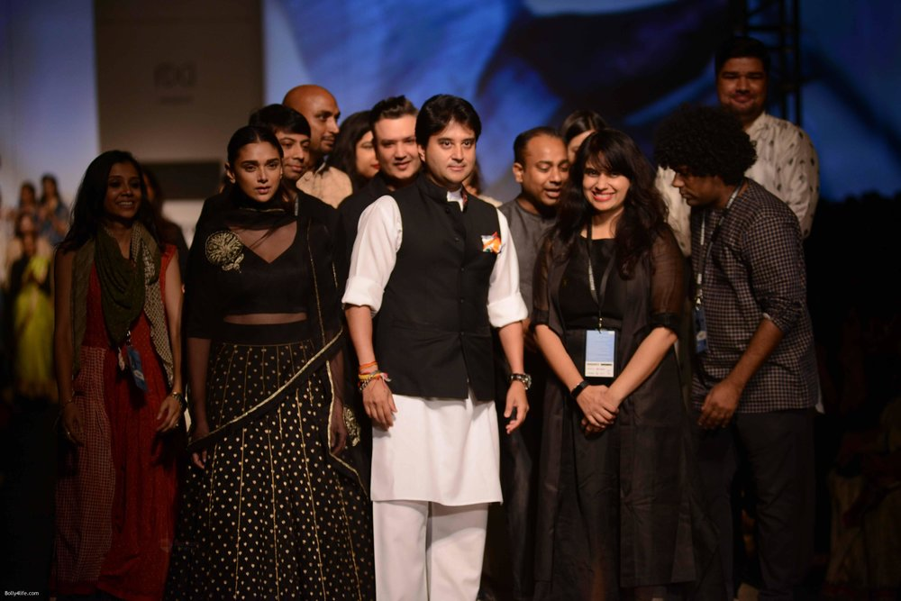 Aditi-Rao-Hydari-walk-the-ramp-for-Road-to-Chanderi-show-in-AIFW-on-12th-Oct-2016-1.jpg