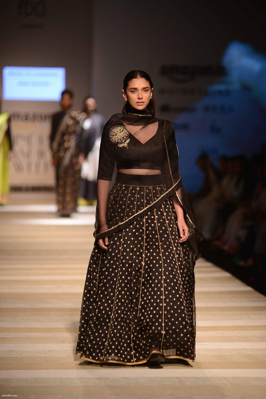 Aditi-Rao-Hydari-walk-the-ramp-for-Road-to-Chanderi-show-in-AIFW-on-12th-Oct-2016-5.jpg