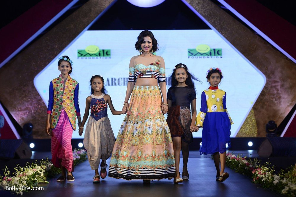 Sonal-Chauhan-at-Smile-Foundation-charity-fashion-show-on-13th-Oct-2016-241.jpg