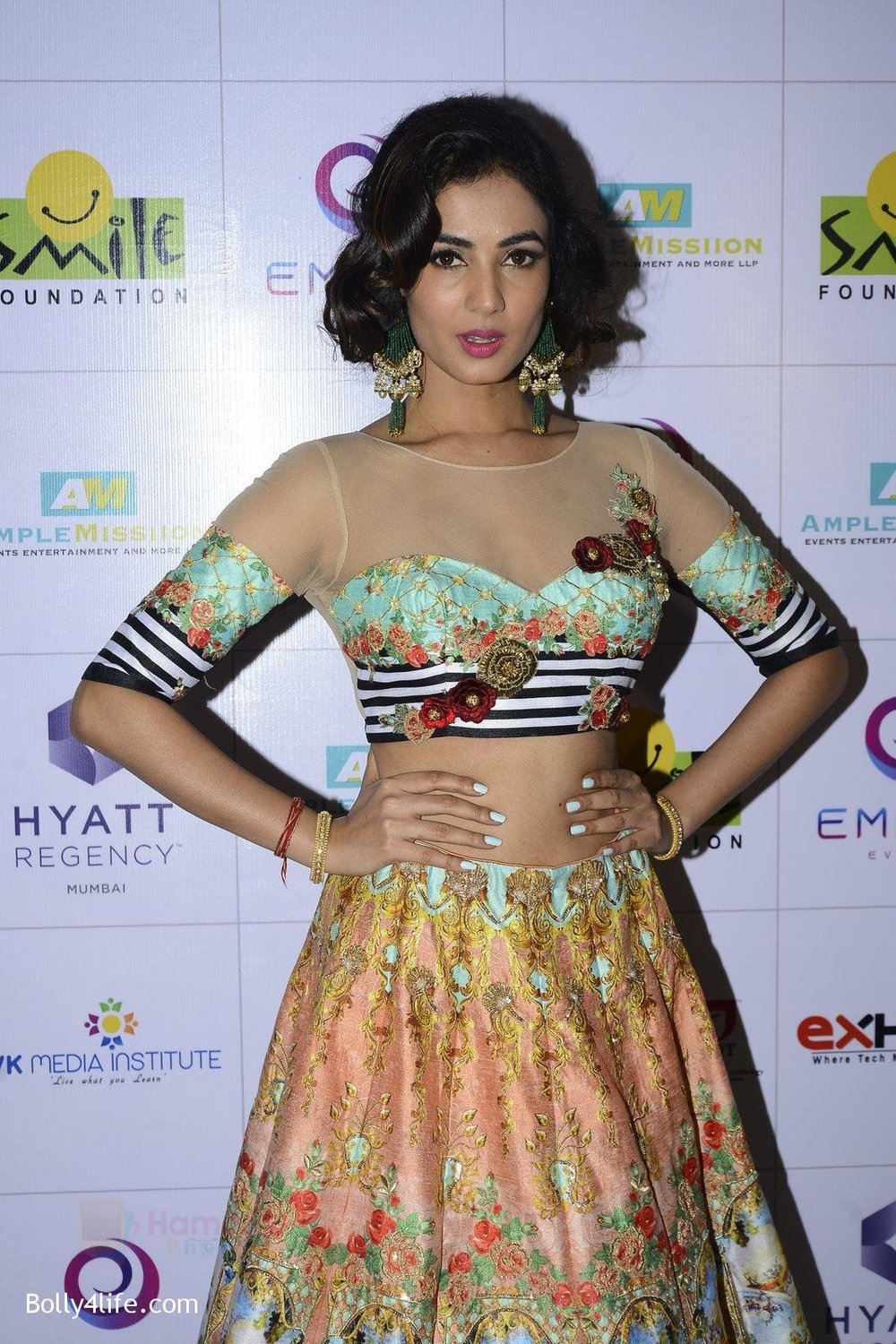 Sonal-Chauhan-at-Smile-Foundation-charity-fashion-show-on-13th-Oct-2016-261.jpg