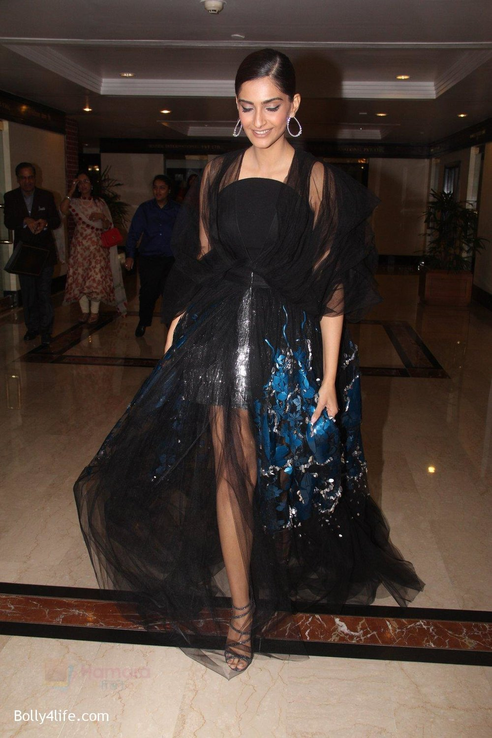 Sonam-Kapoor-snapped-at-lobby-of-Trident-for-ET-Panache-trend-setters-awards-on-14th-Oct-2016-29.jpg