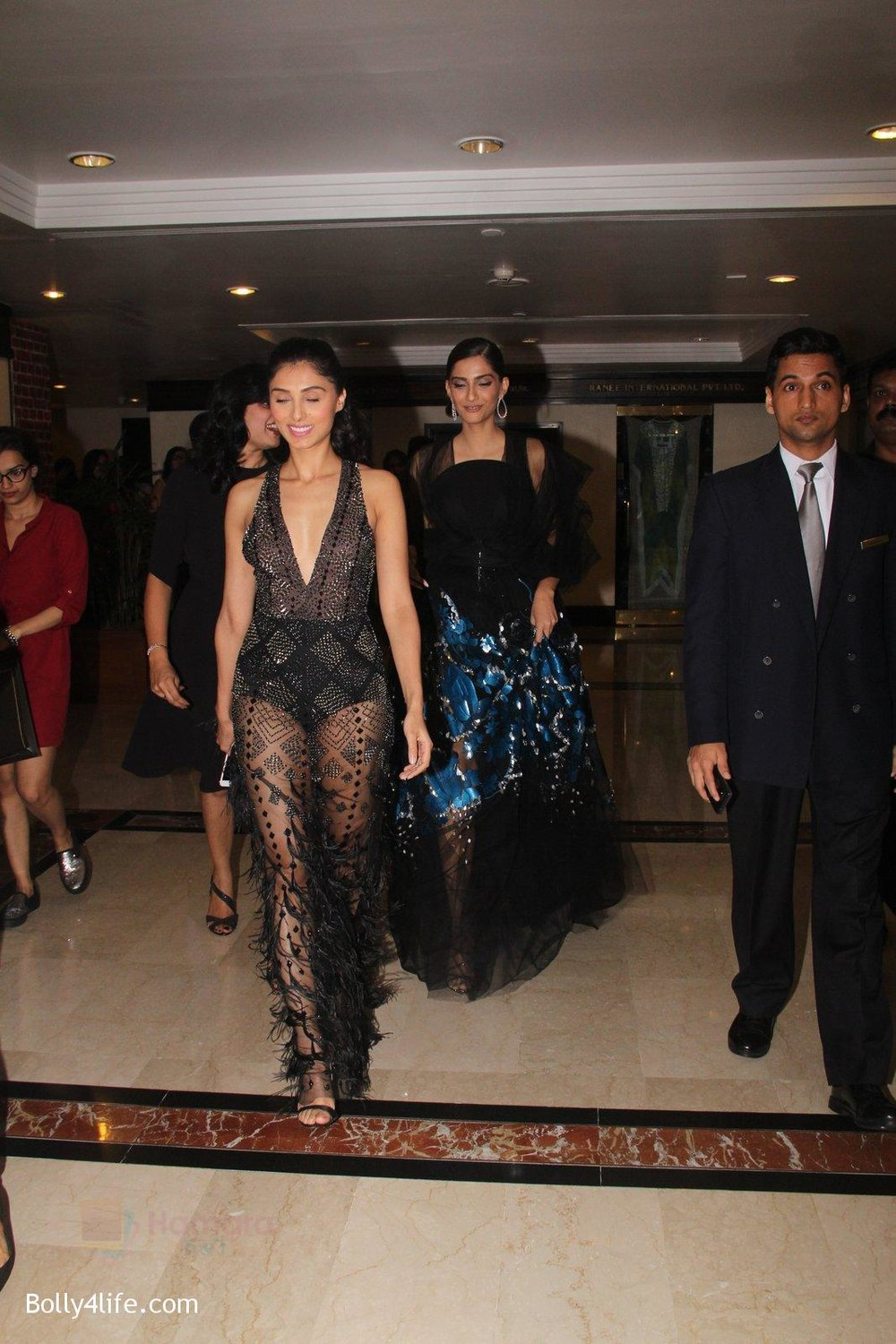 Sonam-Kapoor-snapped-at-lobby-of-Trident-for-ET-Panache-trend-setters-awards-on-14th-Oct-2016-33.jpg