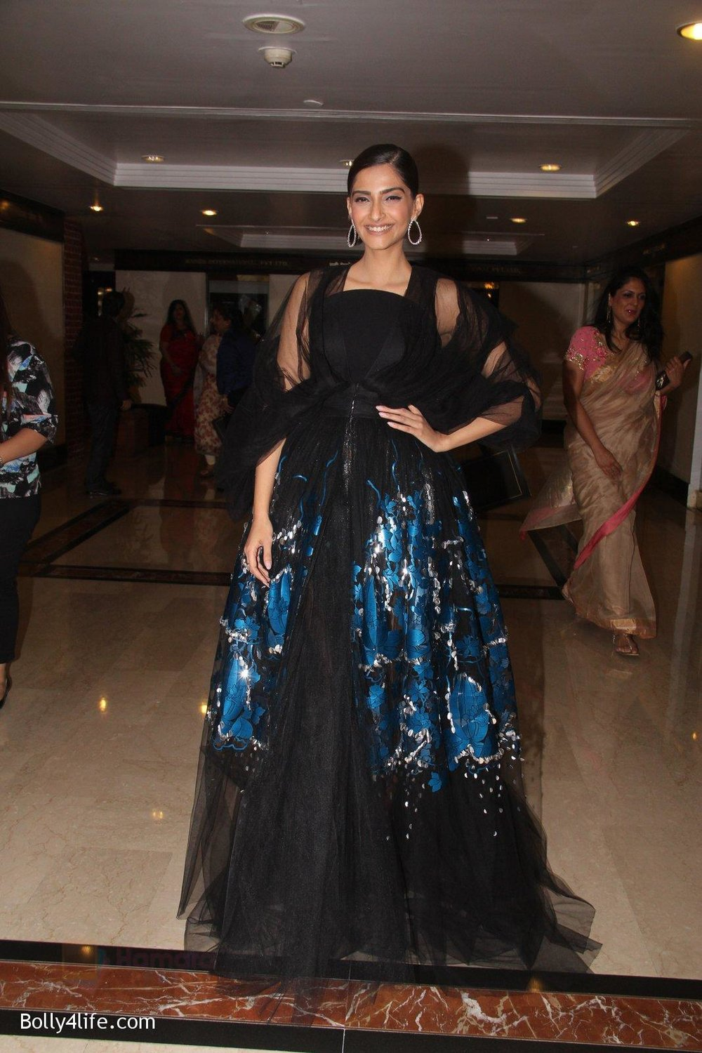 Sonam-Kapoor-snapped-at-lobby-of-Trident-for-ET-Panache-trend-setters-awards-on-14th-Oct-2016-35.jpg