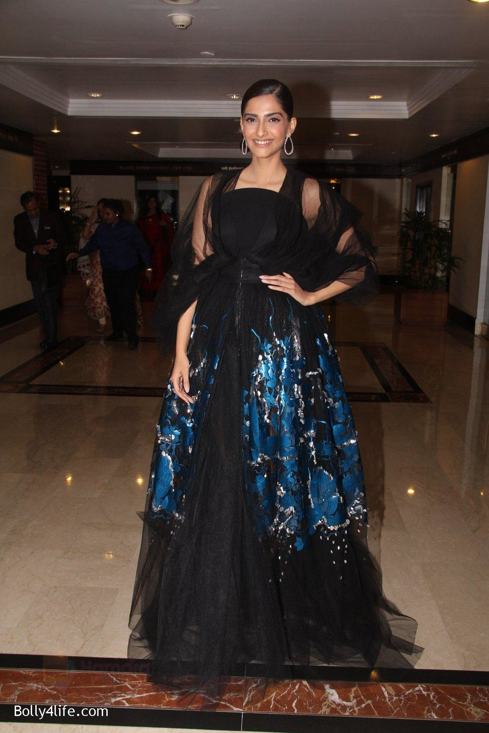 Sonam-Kapoor-snapped-at-lobby-of-Trident-for-ET-Panache-trend-setters-awards-on-14th-Oct-2016-37.jpg