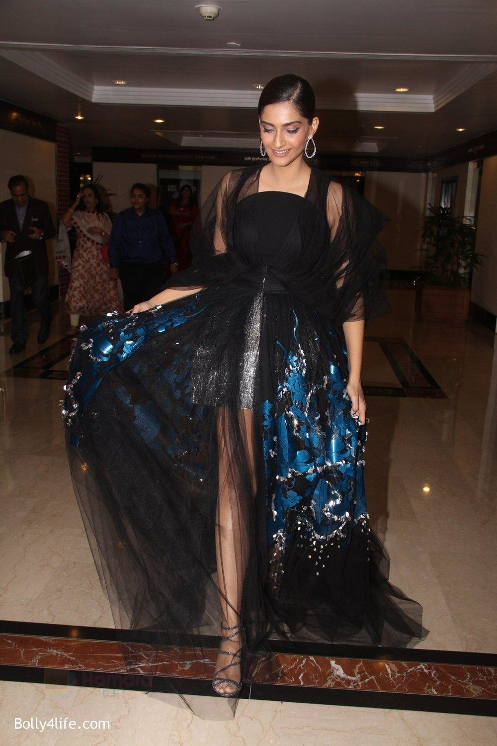 Sonam-Kapoor-snapped-at-lobby-of-Trident-for-ET-Panache-trend-setters-awards-on-14th-Oct-2016-39.jpg
