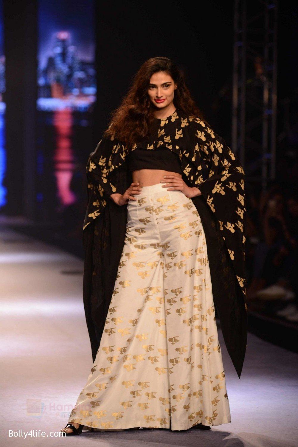 Athiya-Shetty-walks-for-Masaba-at-Amazon-India-Fashion-Week-on-15th-Oct-2016-36.jpg