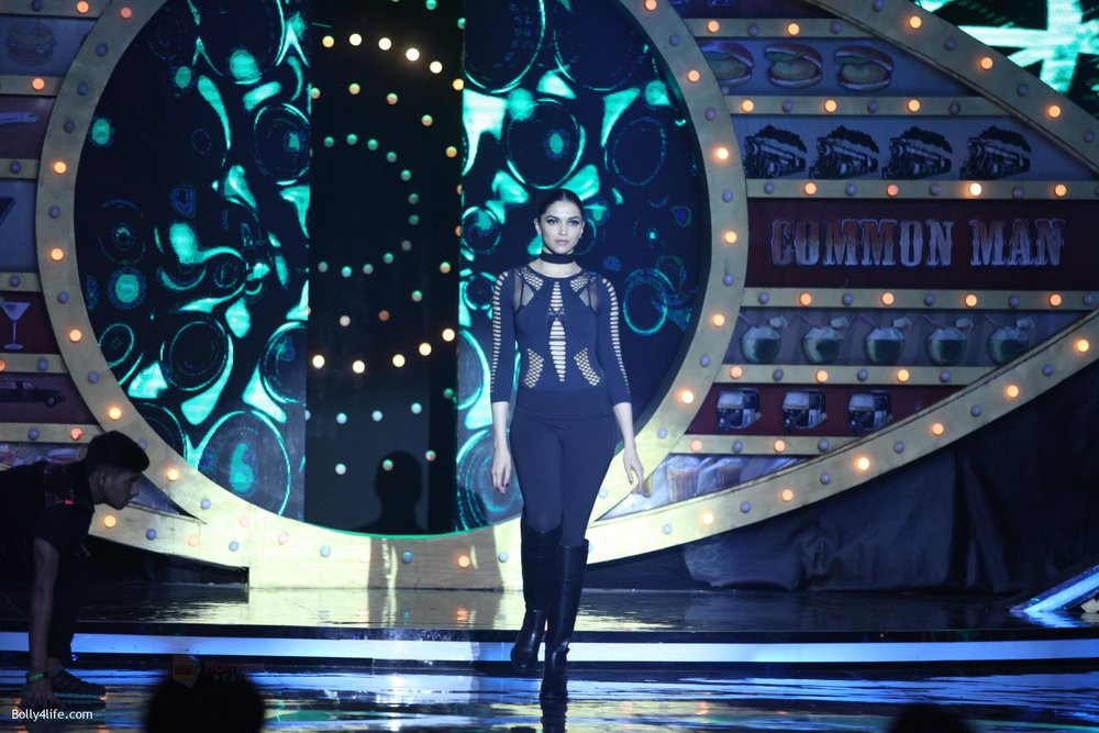 Deepika-Padukone-on-the-premiere-episode-of-Bigg-Boss-10-8.jpg
