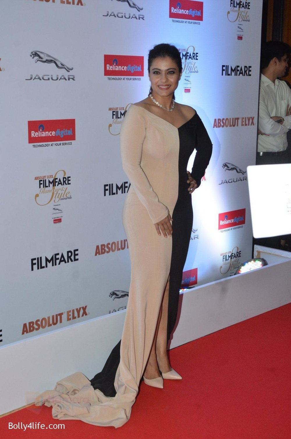 Kajol-at-Filmfare-Glamour-Style-Awards-2016-in-Mumbai-on-15th-Oct-2016-1507.jpg