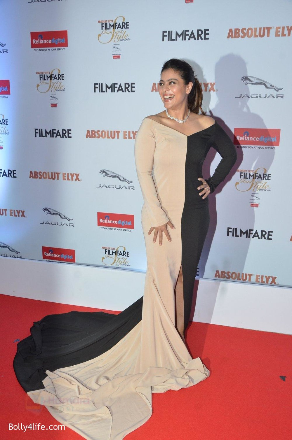 Kajol-at-Filmfare-Glamour-Style-Awards-2016-in-Mumbai-on-15th-Oct-2016-1515.jpg