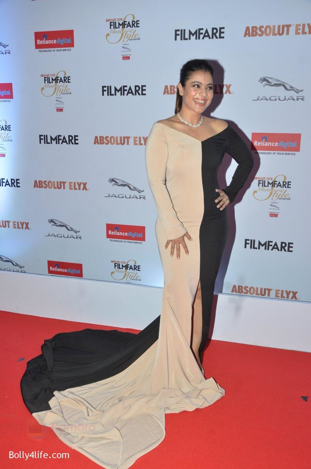 Kajol-at-Filmfare-Glamour-Style-Awards-2016-in-Mumbai-on-15th-Oct-2016-1516.jpg
