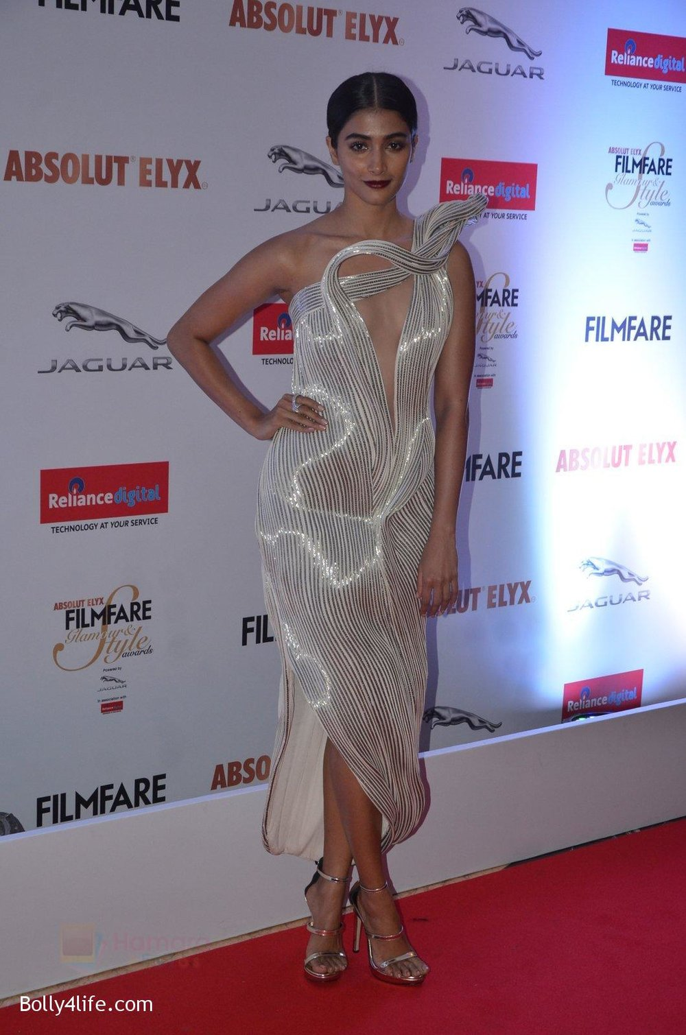 Pooja-Hegde-at-Filmfare-Glamour-Style-Awards-2016-in-Mumbai-on-15th-Oct-2016-1838.jpg