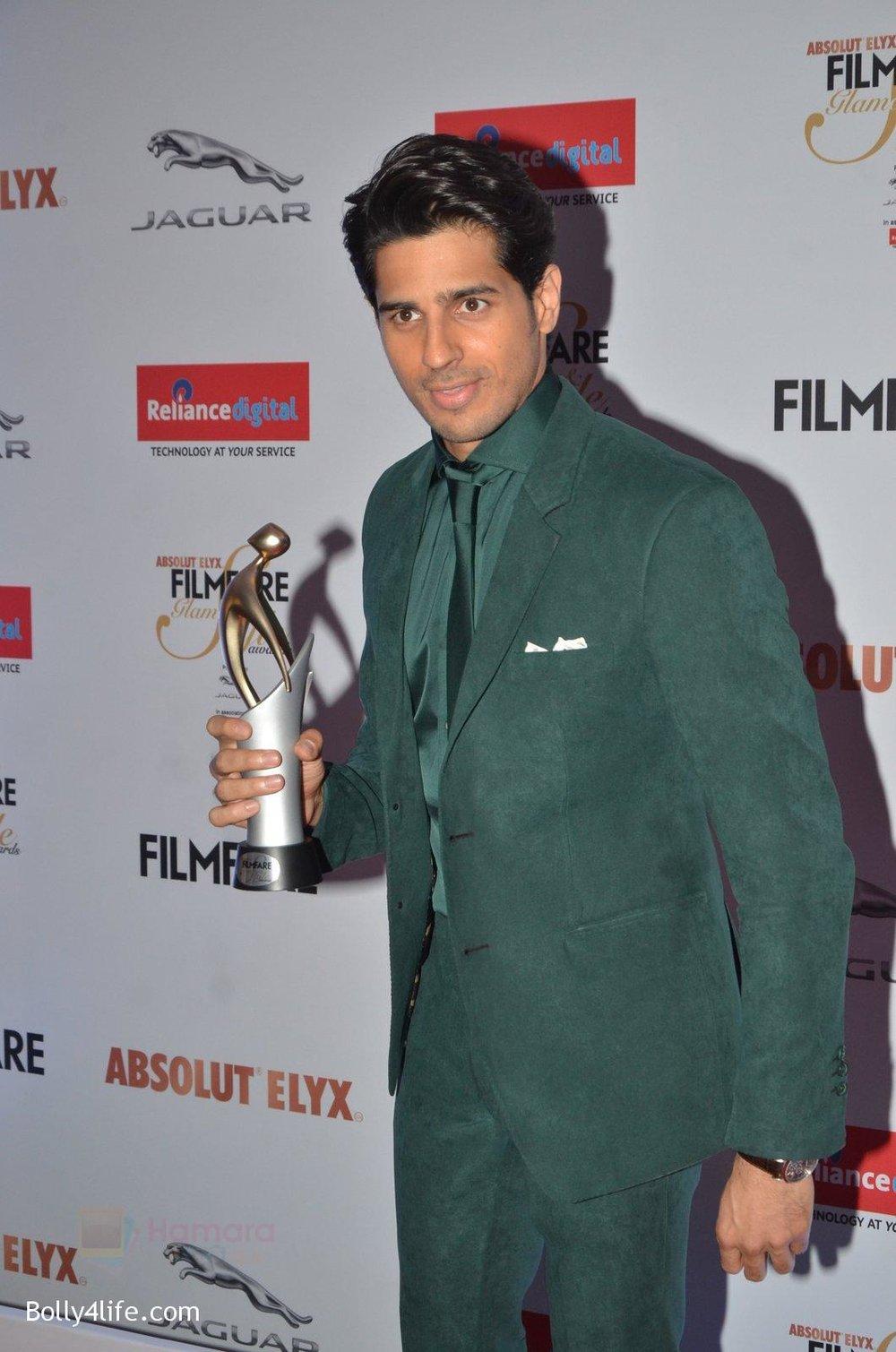 Sidharth-Malhotra-at-Filmfare-Glamour-Style-Awards-2016-in-Mumbai-on-15th-Oct-2016-2147.jpg