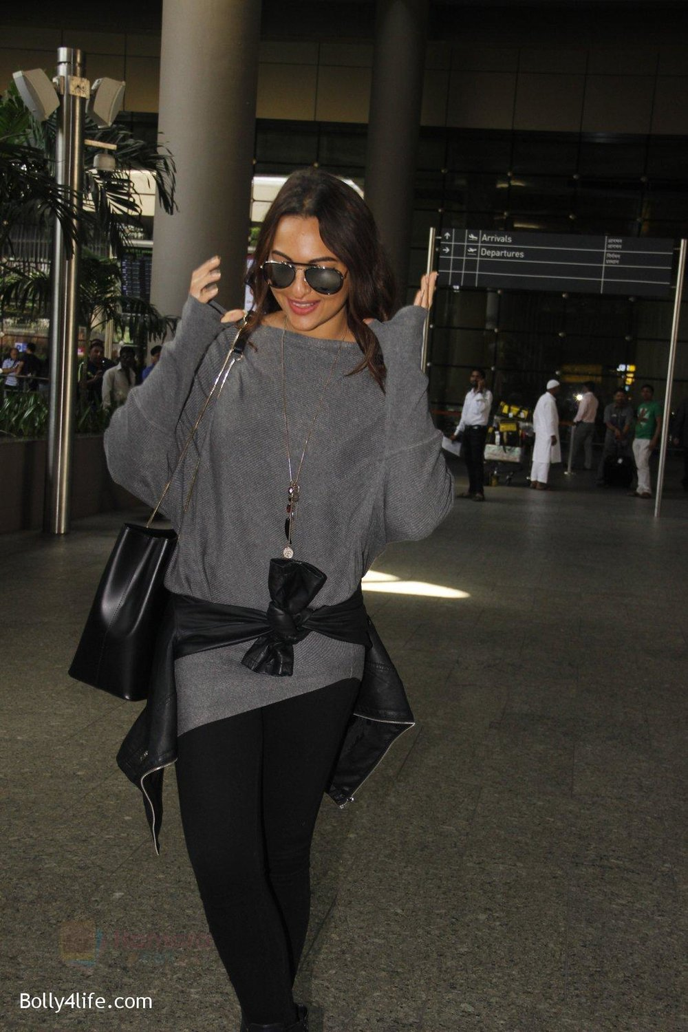 Sonakshi-Sinha-snapped-at-airport-on-18th-Oct-2016-1.jpg