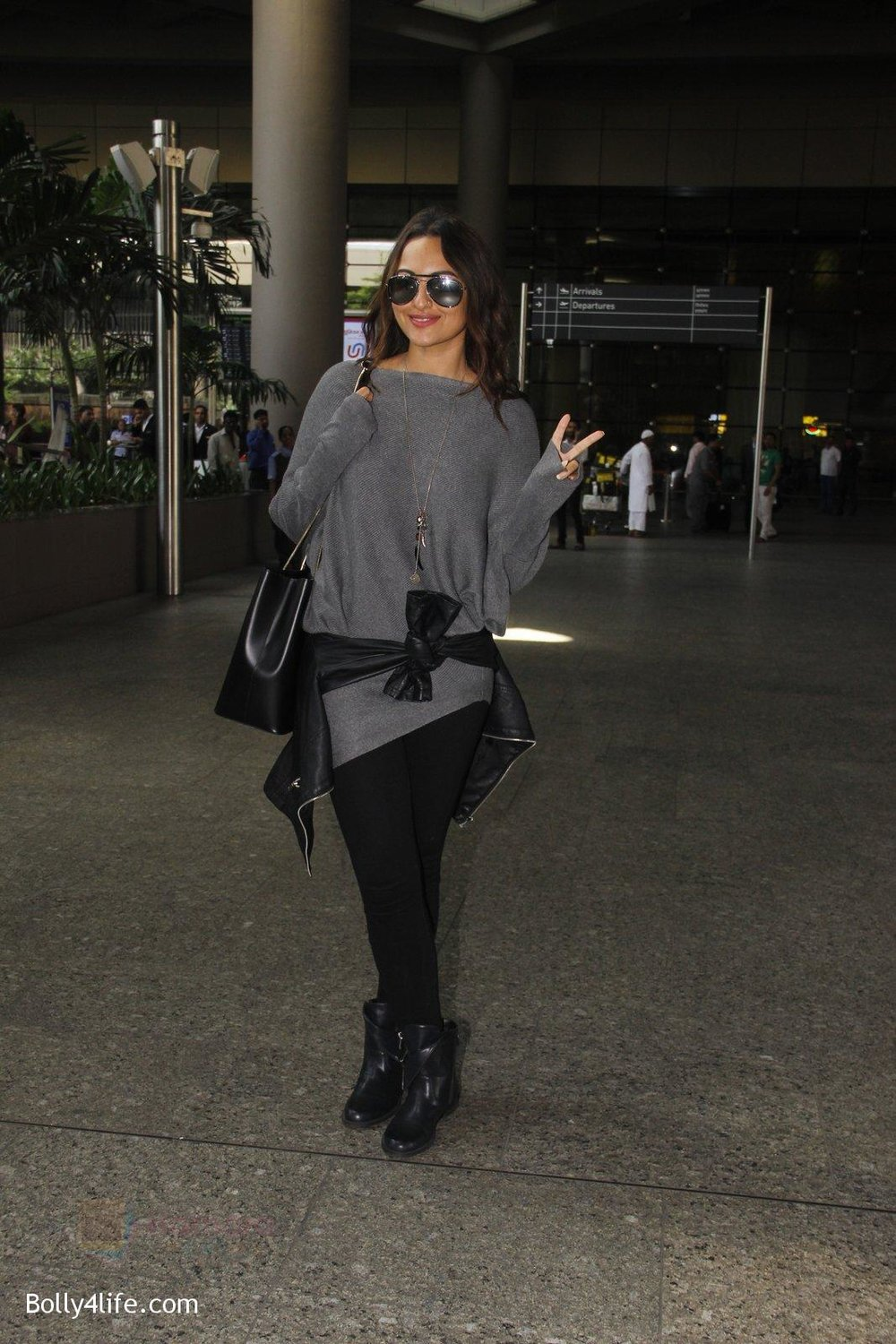 Sonakshi-Sinha-snapped-at-airport-on-18th-Oct-2016-37.jpg
