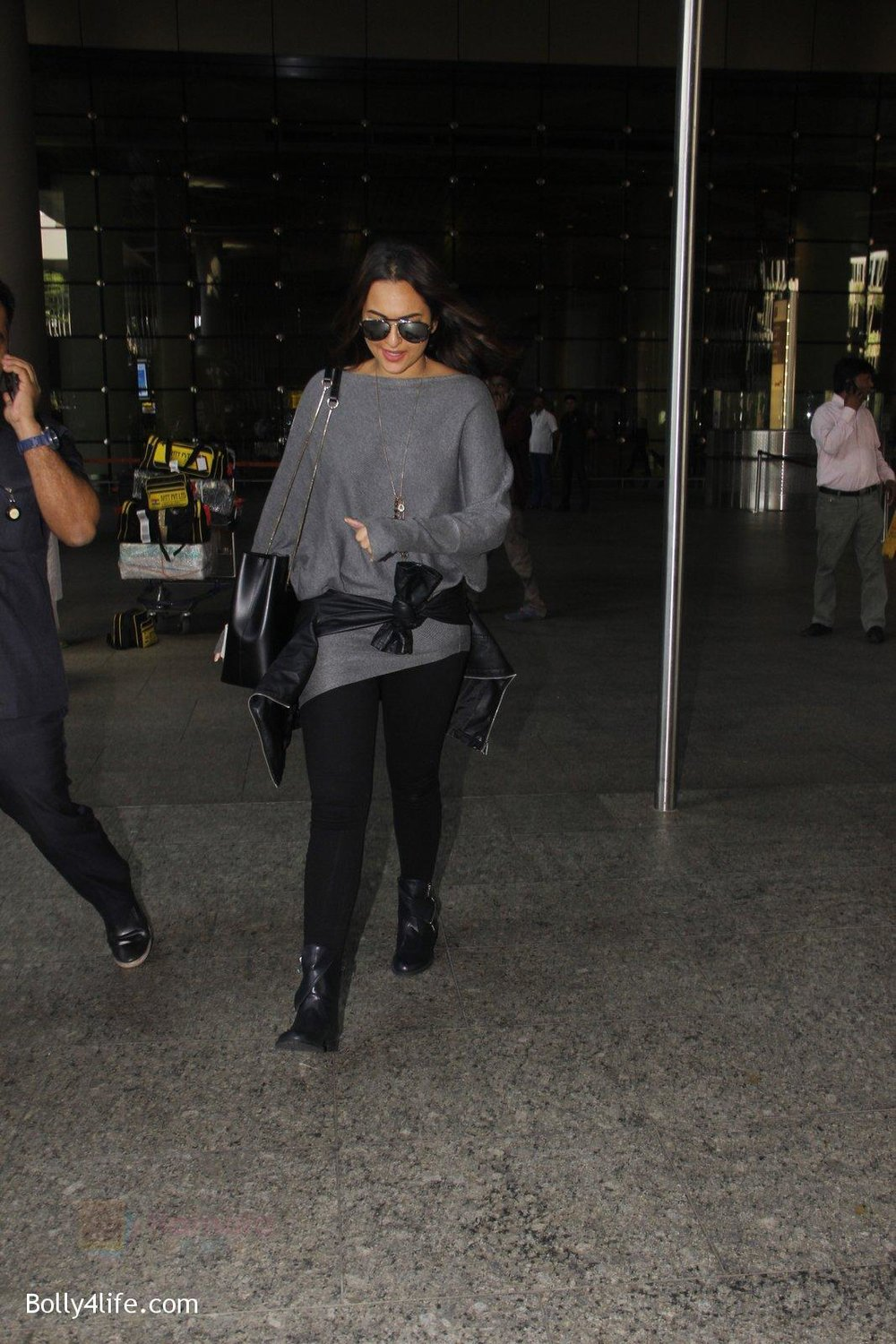 Sonakshi-Sinha-snapped-at-airport-on-18th-Oct-2016-38.jpg