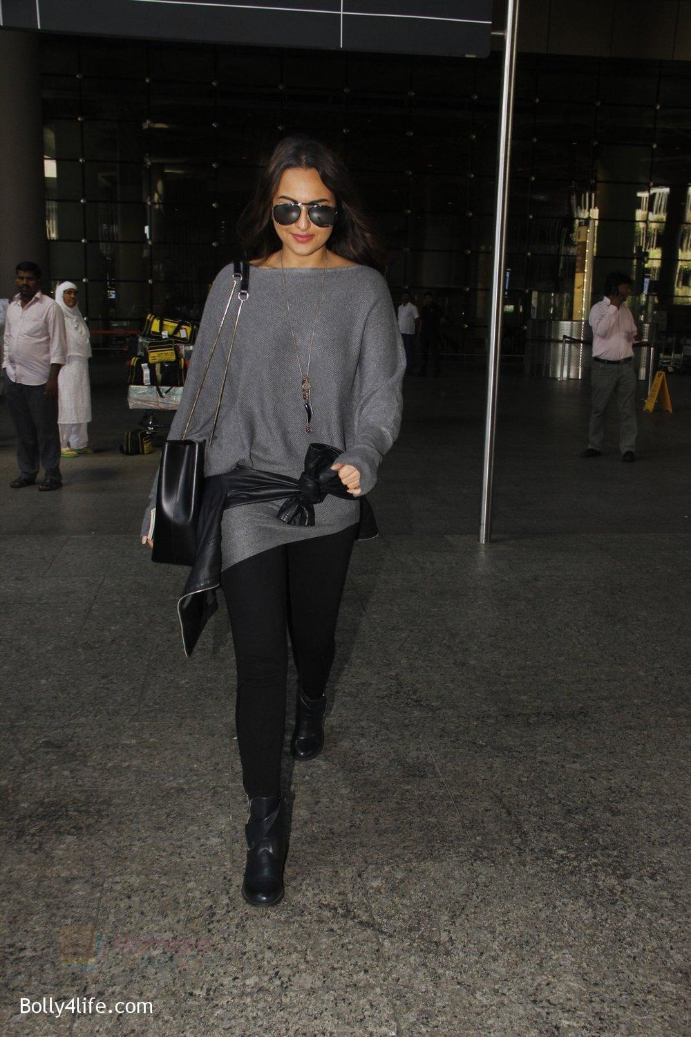 Sonakshi-Sinha-snapped-at-airport-on-18th-Oct-2016-40.jpg