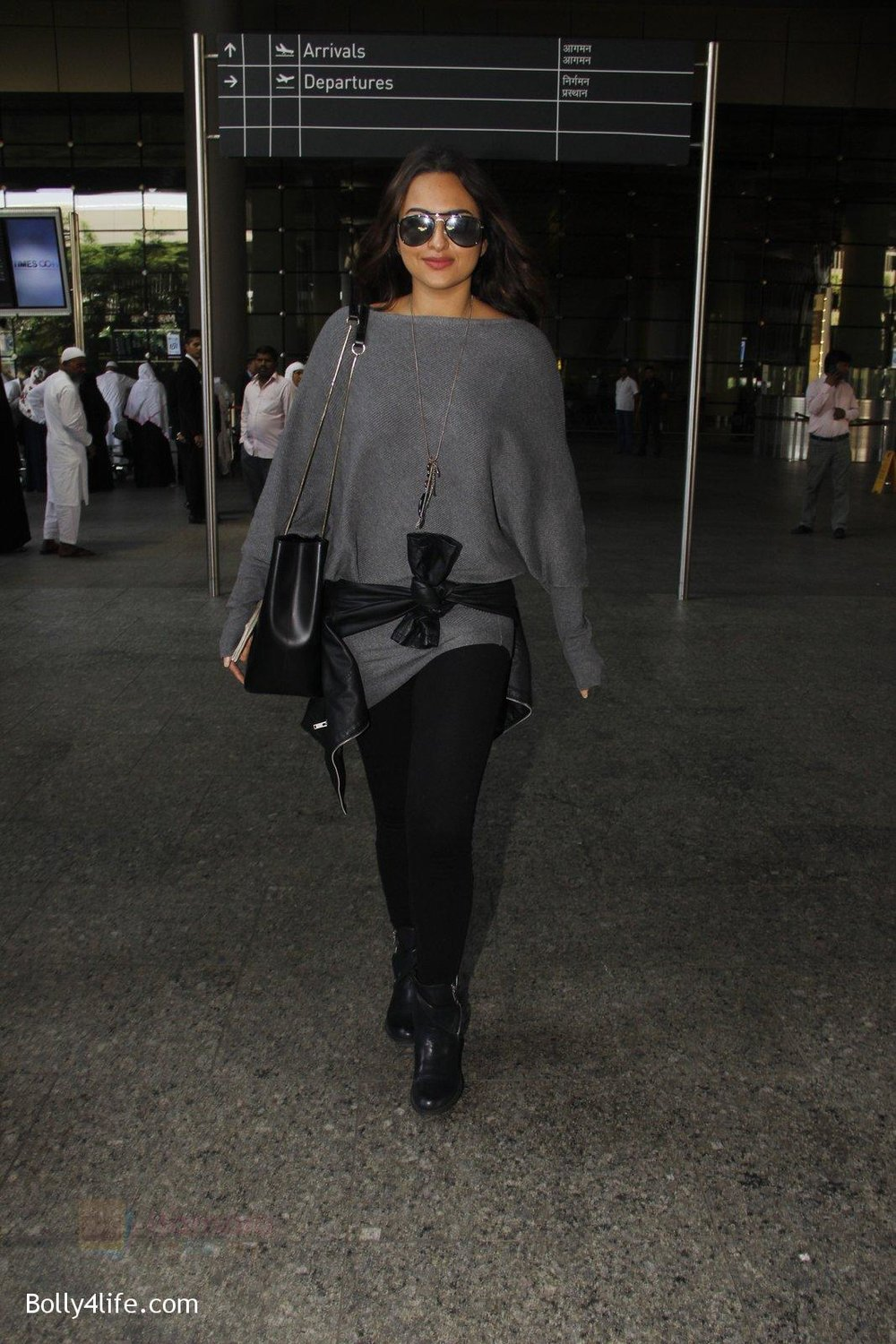 Sonakshi-Sinha-snapped-at-airport-on-18th-Oct-2016-43.jpg