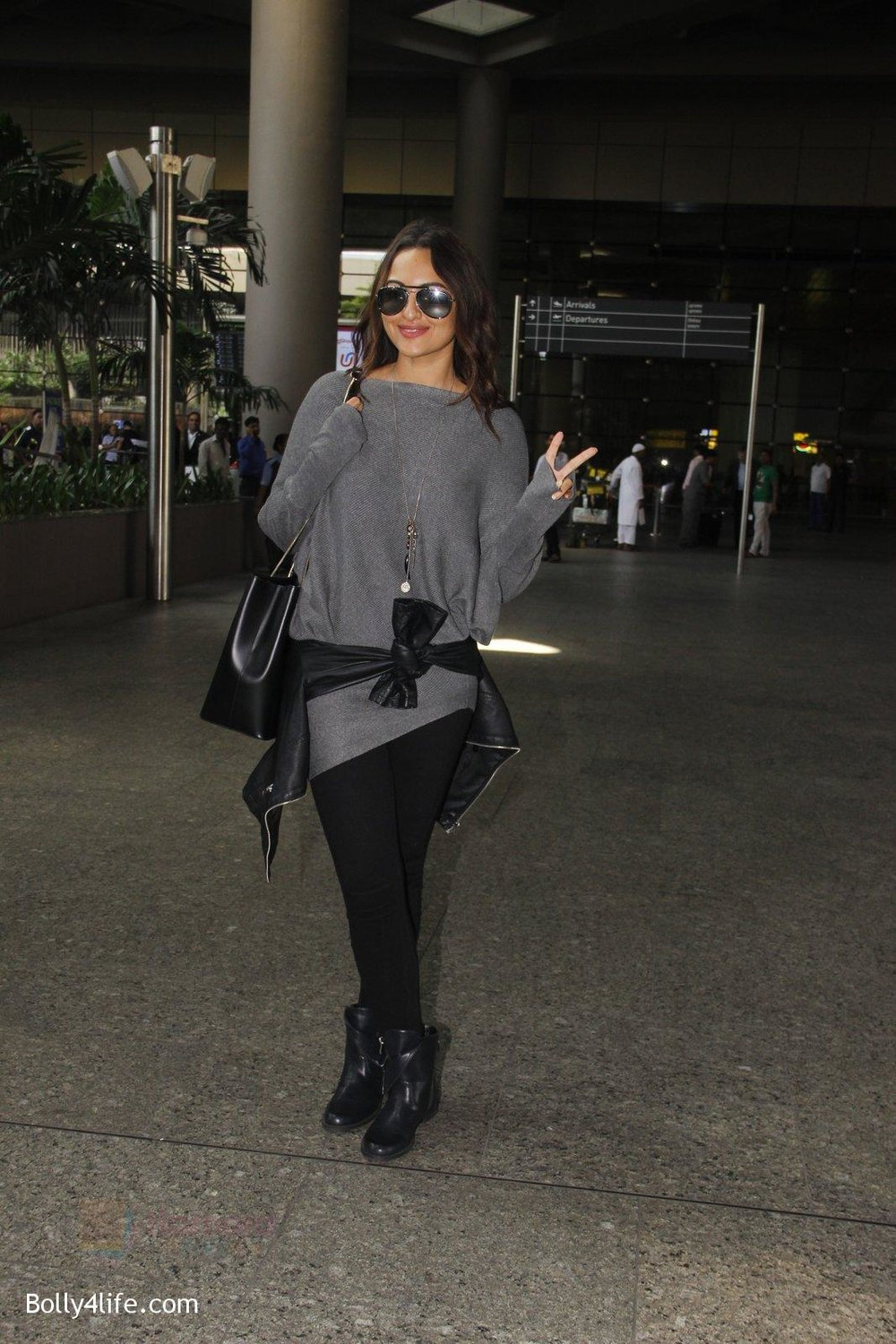 Sonakshi-Sinha-snapped-at-airport-on-18th-Oct-2016-44.jpg