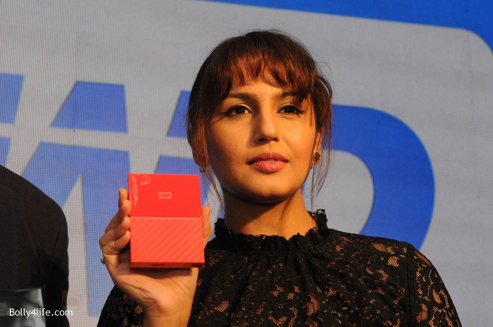 Huma-Qureshi-at-WD-launch-in-Delhi-on-19th-Oct-2016-5.jpg
