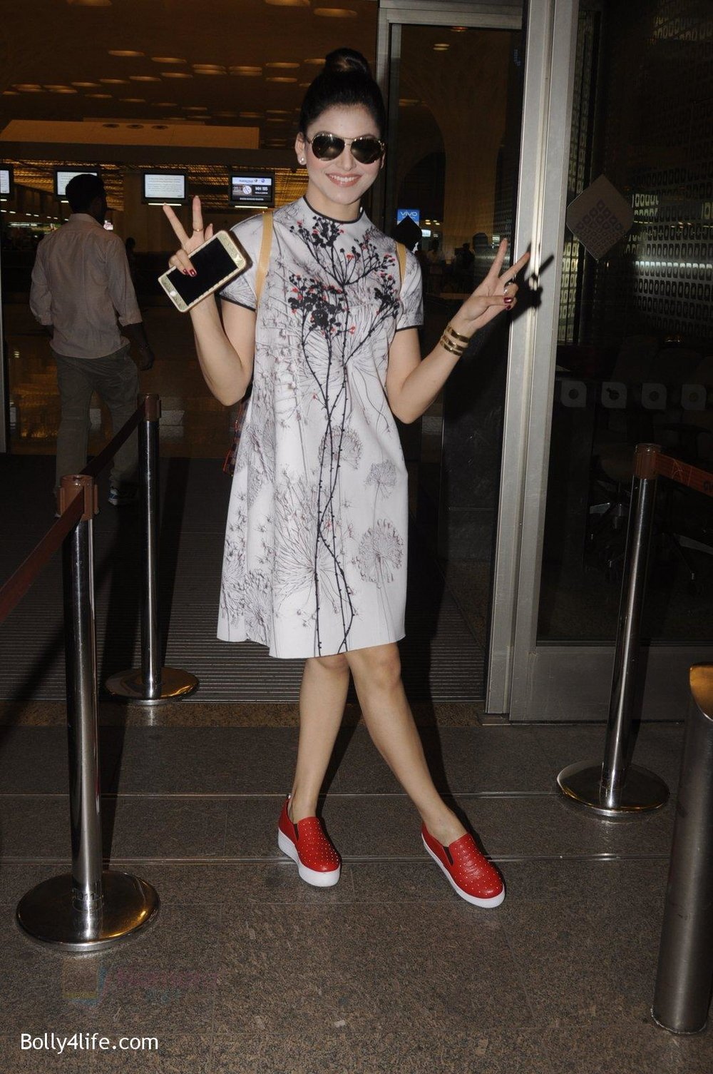 Urvashi-Rautela-snapped-at-airport-on-20th-Oct-2016-19.jpg