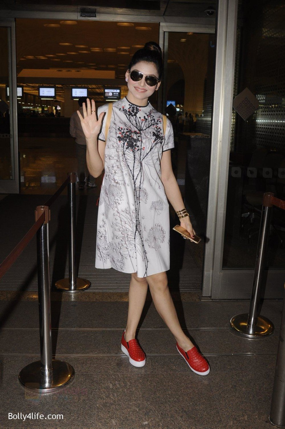 Urvashi-Rautela-snapped-at-airport-on-20th-Oct-2016-24.jpg