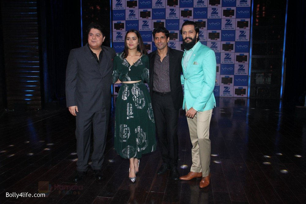 Shraddha-Kapoor-and-Farhan-Akhtar-Sajid-Khan-Riteish-Deshmukh-promote-Rock-On-2-on-the-sets-of-Yaaron-Ki-Baraat-Show-on-Zee-Tv-on-23rd-Oct-2016-68.jpg