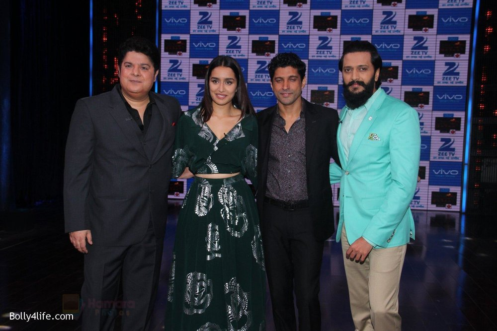 Shraddha-Kapoor-and-Farhan-Akhtar-Sajid-Khan-Riteish-Deshmukh-promote-Rock-On-2-on-the-sets-of-Yaaron-Ki-Baraat-Show-on-Zee-Tv-on-23rd-Oct-2016-72.jpg