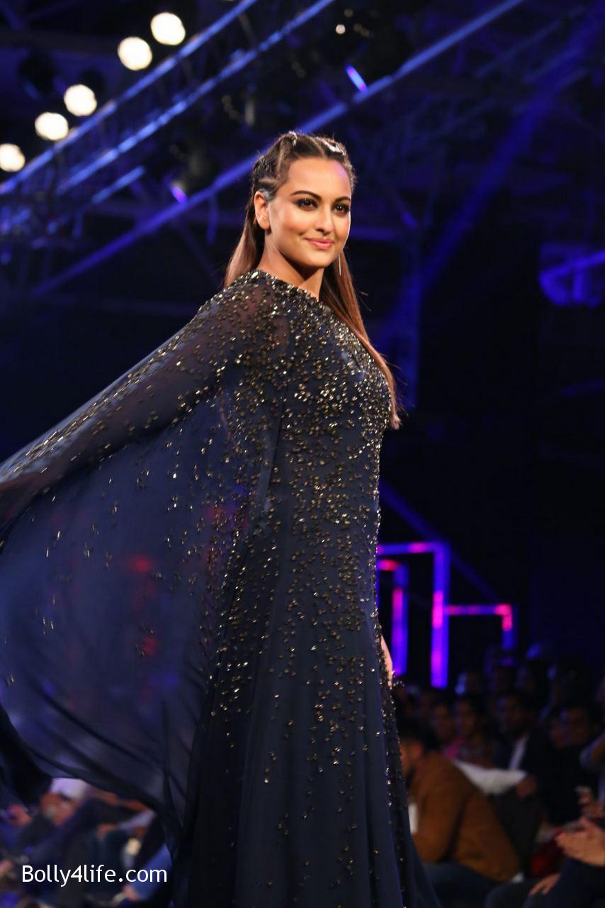 Sonakshi-Sinha-Rampwalk-Photos-12.jpg