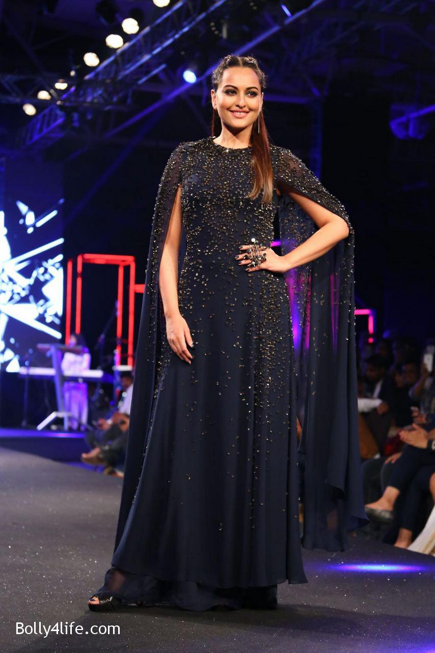 Sonakshi-Sinha-Rampwalk-Photos-17.jpg