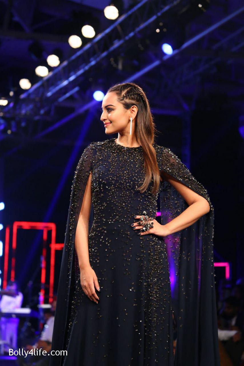 Sonakshi-Sinha-Rampwalk-Photos-22.jpg