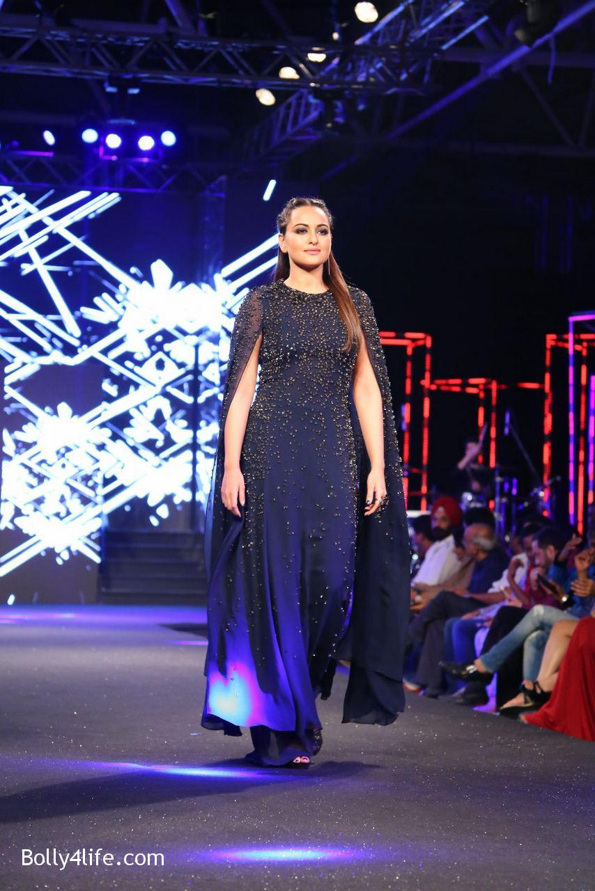Sonakshi-Sinha-Rampwalk-Photos-28.jpg