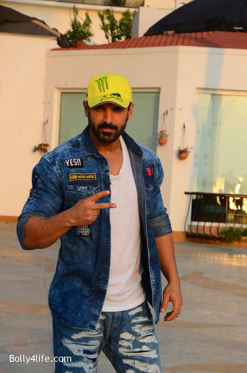 John-Abraham-snapped-in-Mumbai-on-27th-Oct-2016-13.jpg