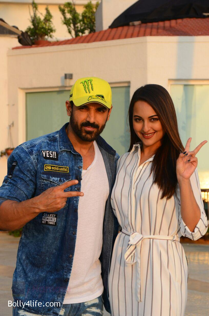 John-Abraham-Sonakshi-Sinha-snapped-in-Mumbai-on-27th-Oct-2016-1.jpg