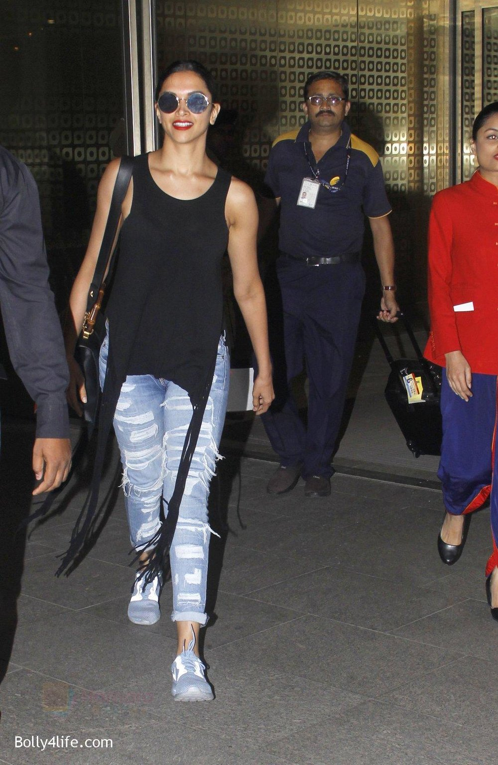 Deepika-Padukone-snapped-at-airport-on-31st-Oct-2016-2.jpg