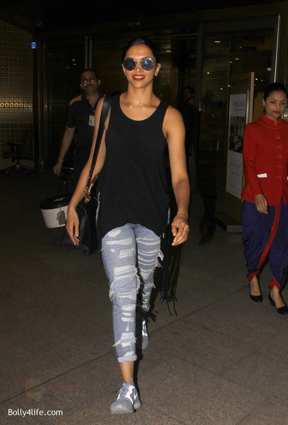 Deepika-Padukone-snapped-at-airport-on-31st-Oct-2016-6.jpg