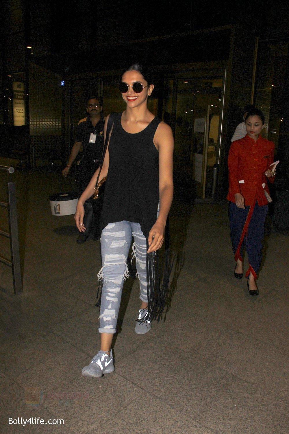 Deepika-Padukone-snapped-at-airport-on-31st-Oct-2016-8.jpg